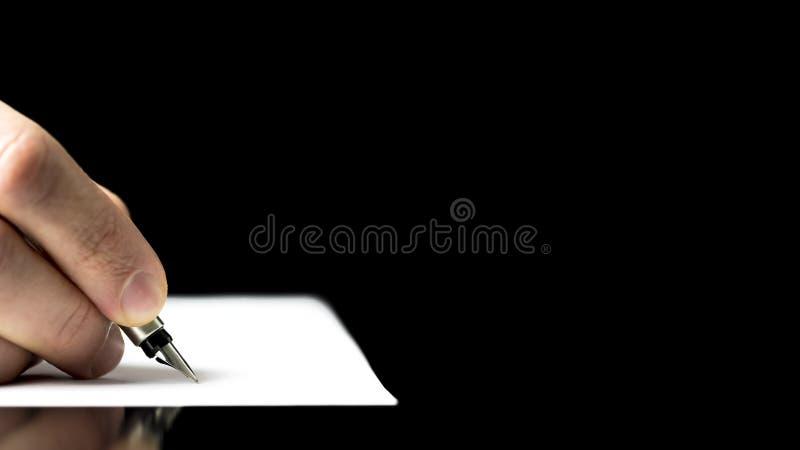 Manlig hand som är klar att skriva med en reservoarpenna royaltyfria bilder