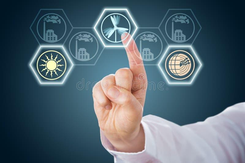 Manlig hand som aktiverar förnybara energikällorsymboler arkivbild