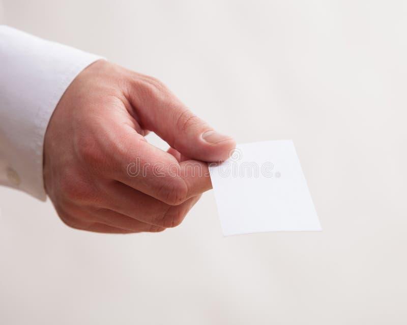 Manlig hand som ger ett tomt affärskort royaltyfri foto