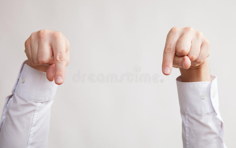 Manlig hand som ner indikerar royaltyfri foto