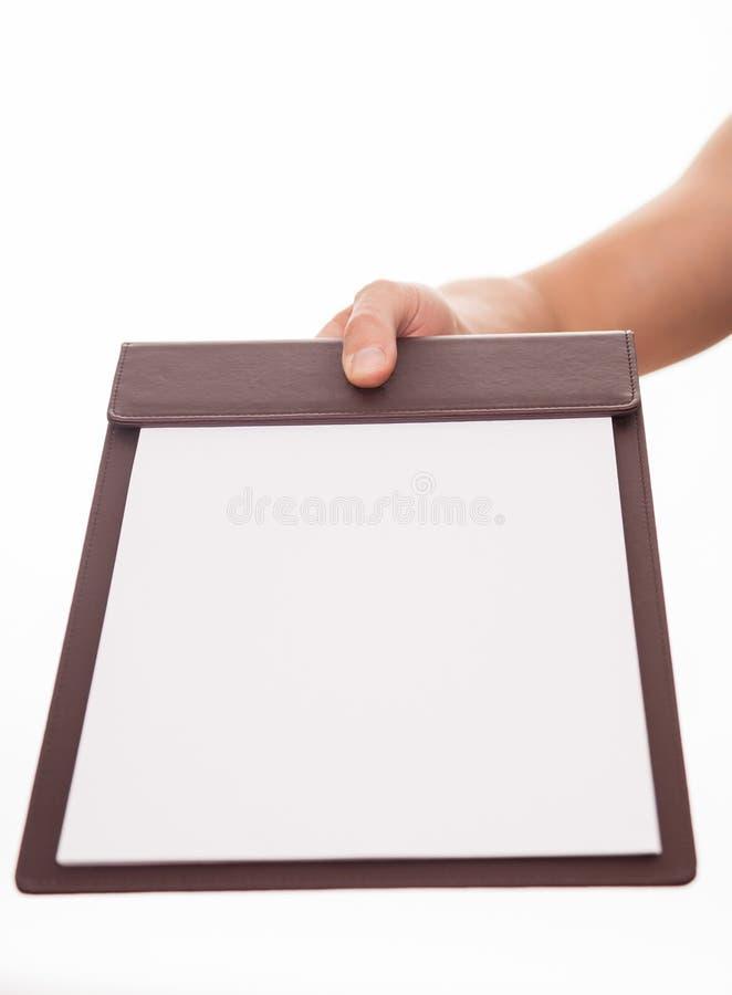 Manlig hand som rymmer ett tom affärskort och uppvisning royaltyfri bild