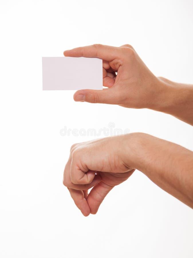 Manlig hand som rymmer ett tom affärskort och uppvisning royaltyfri foto