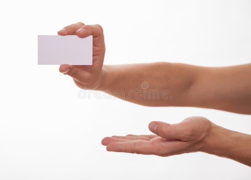 Manlig hand som rymmer ett tomt affärskort royaltyfri fotografi