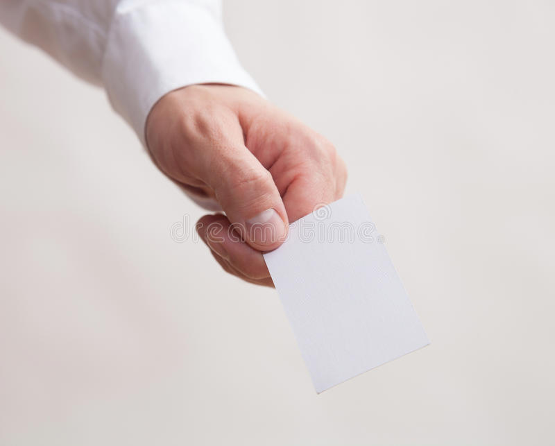 Manlig hand som rymmer ett tomt affärskort royaltyfria bilder