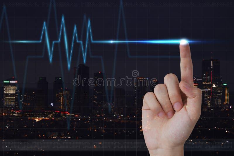 Manlig hand som trycker på elektrokardiogrammet på den visuella skärmen arkivfoto