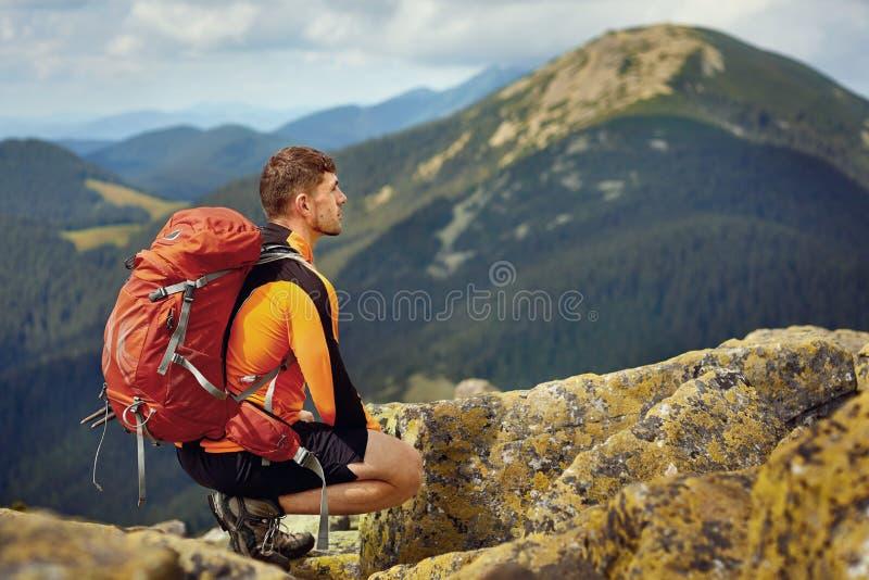 Manlig handelsresande från baksida i bergen royaltyfri foto