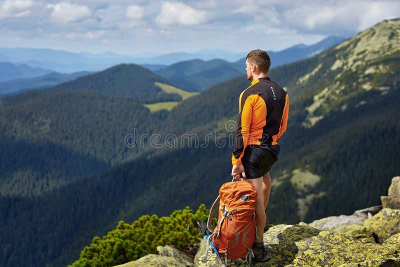 Manlig handelsresande från baksida i bergen arkivfoton