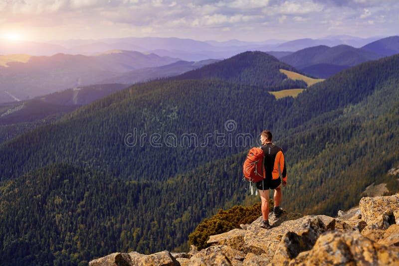 Manlig handelsresande från baksida i bergen royaltyfria foton