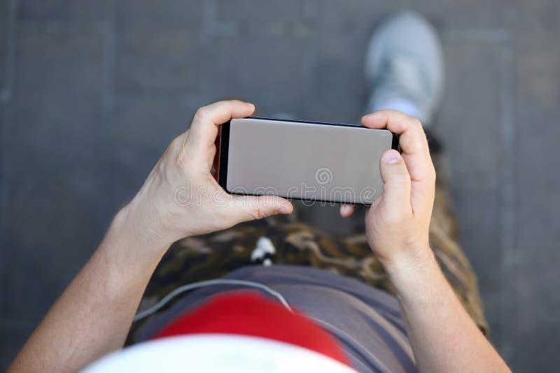 Manlig handhållsmartphone med mellanrumet royaltyfri fotografi