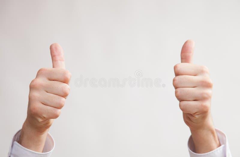 Manlig handuppvisning tummar up tecknet royaltyfri foto