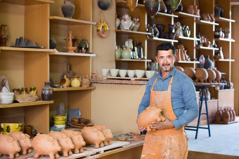 Manlig hantverkare i keramiskt seminarium arkivbilder