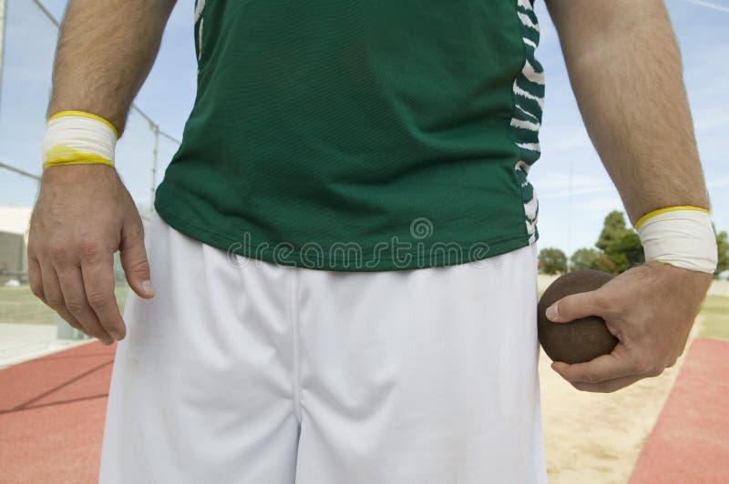 Manlig idrottsman nen Holding Shot Put arkivbilder