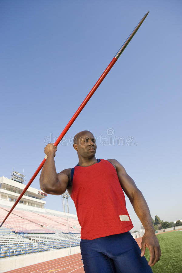 Manlig idrottsman nenReady To Throw kastspjut royaltyfri bild