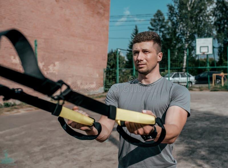 Manlig idrottsman nenutbildning, sadelgjordsvävöglor, konditiongenomkörare i sommar i staden Aktiv livsstil, sportswearT-tröja fotografering för bildbyråer
