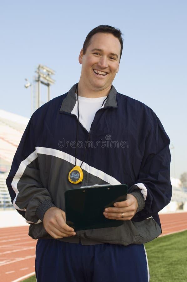 Manlig instruktör Holding Clipboard arkivfoto