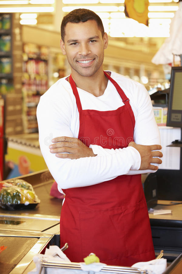 Manlig kassörska At Supermarket Checkout royaltyfri fotografi