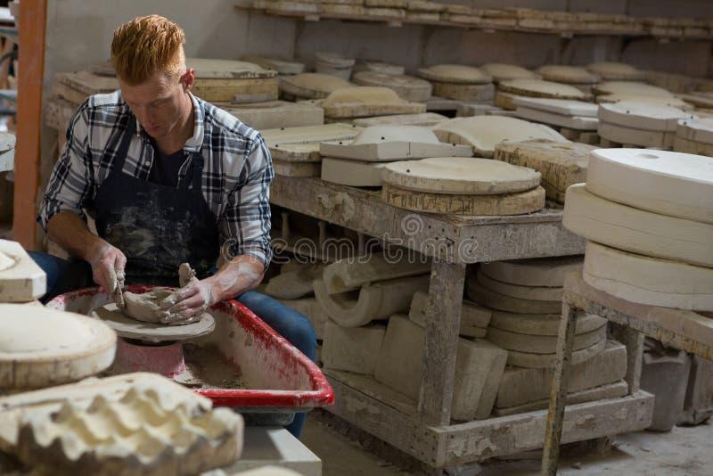 Manlig keramiker som gör en kruka arkivbilder