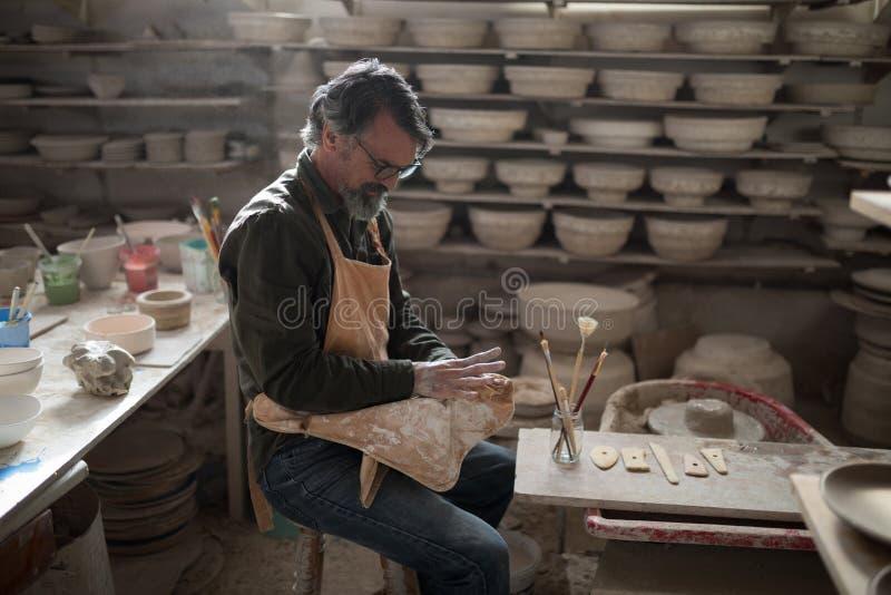 Manlig keramiker som gjuter en lera royaltyfri foto