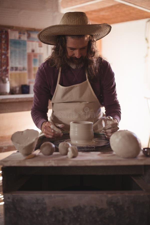 Manlig keramikerdanandekruka arkivfoto