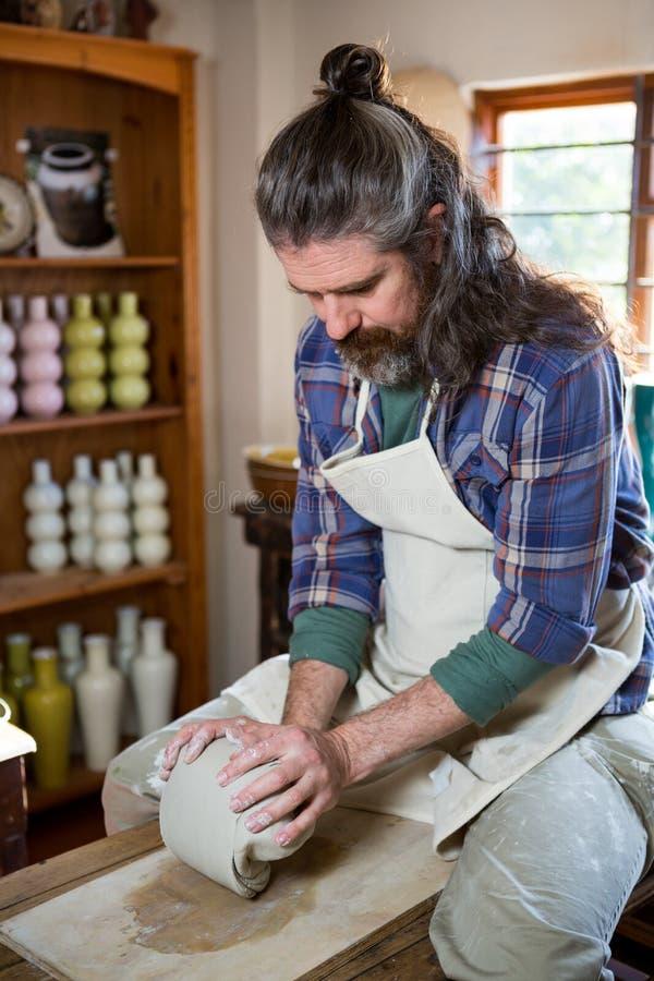 Manlig keramikerstöpningslera royaltyfri bild