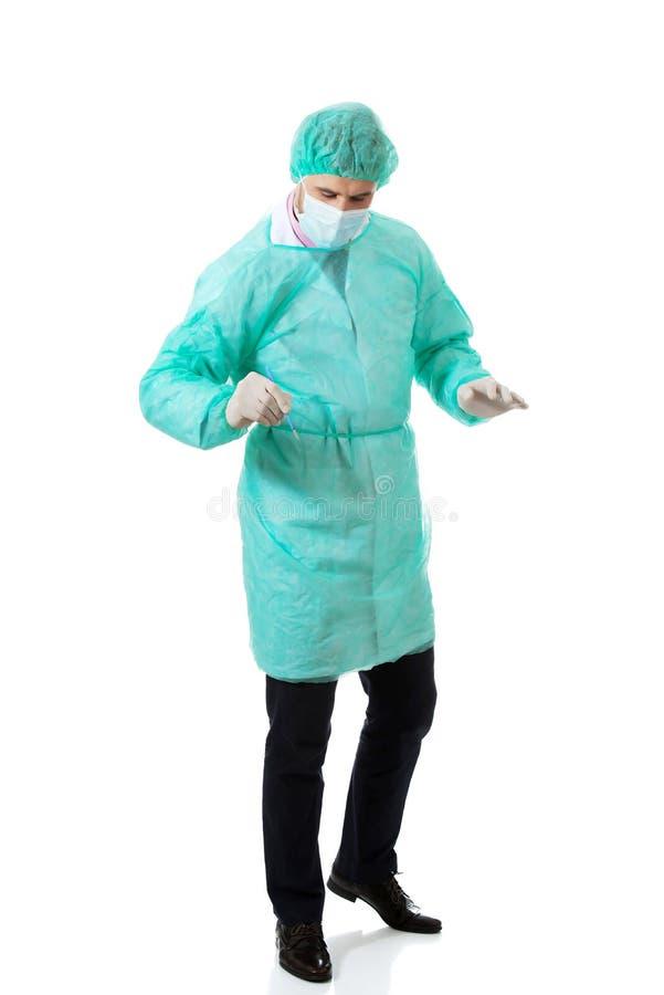 Manlig kirurg med en skalpell royaltyfria foton
