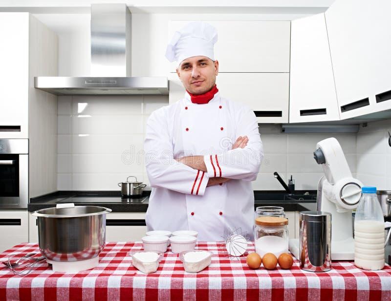 Manlig kock på kök fotografering för bildbyråer