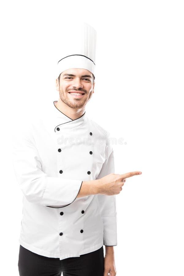 Manlig kock som pekar för att kopiera utrymme royaltyfri fotografi