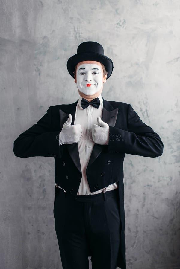 Manlig komedikonstnär som poserar, cirkusskådespelare arkivfoton