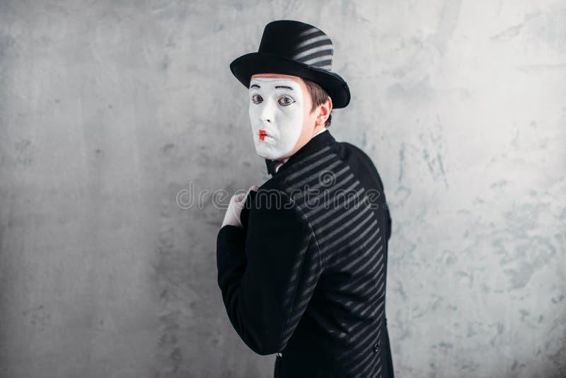 Manlig komedikonstnär som poserar, cirkusskådespelare arkivbilder