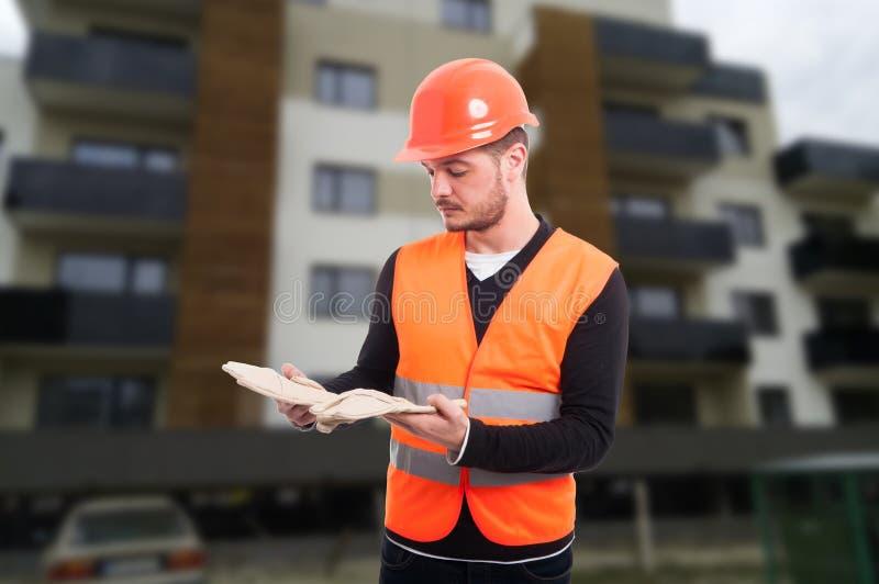 Manlig konstruktör som är utomhus- på arbetsplatsen royaltyfria foton