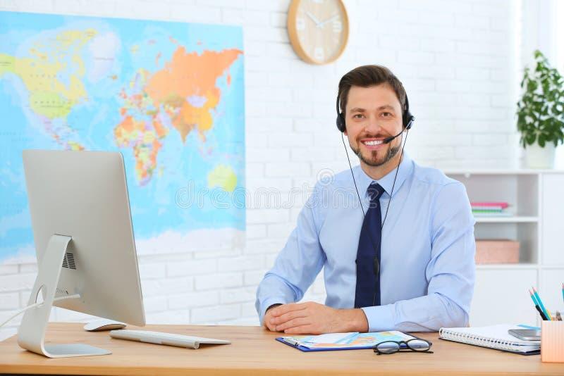 Manlig konsulent som arbetar med datoren arkivbild