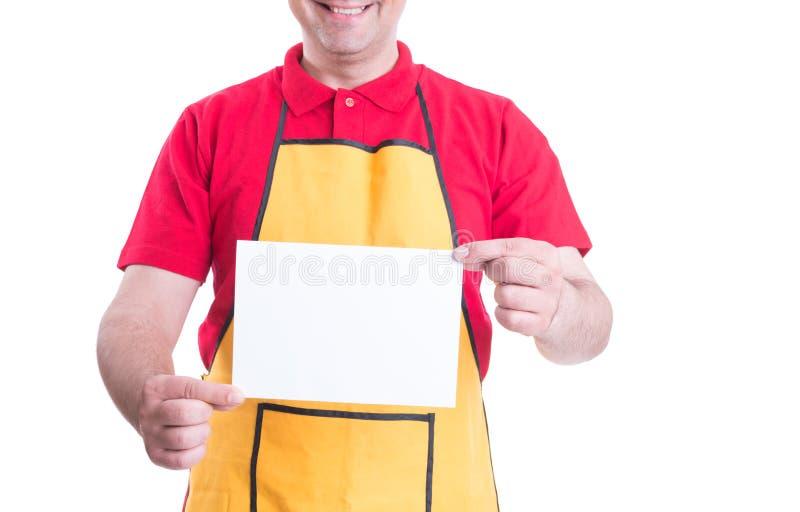 Manlig kontorist som rymmer tomt papper i händer arkivfoton
