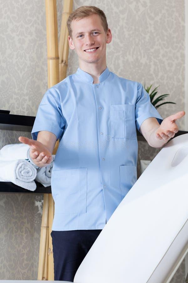 Manlig kosmetolog som är klar att arbeta royaltyfri bild