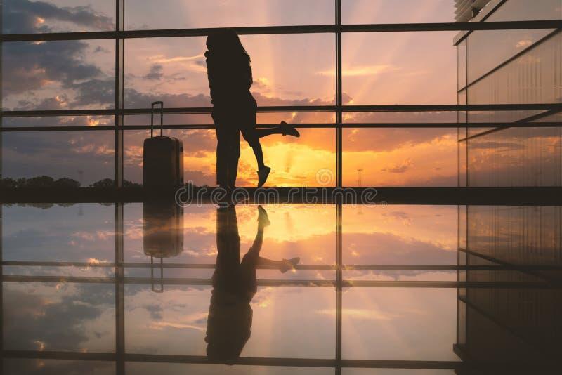 Manlig krama kvinna i flygplats royaltyfri bild