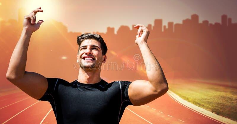 Manlig löpare med händer i luft på spår mot den orange signalljuset och oskarp horisont arkivbild