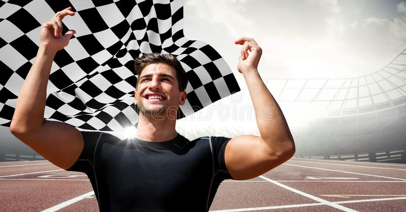 Manlig löpare med händer i luft på spår mot signalljus och rutig flagga royaltyfri bild