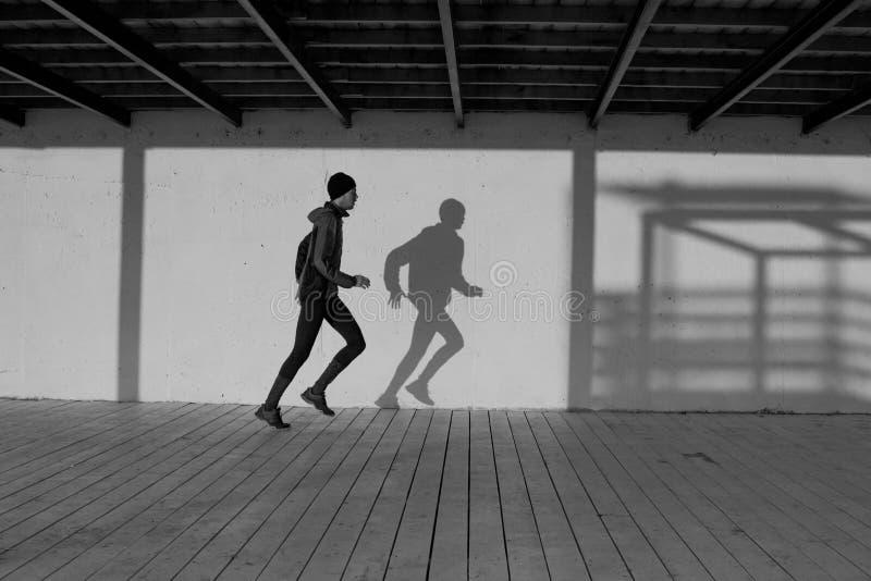 Manlig löpare på morgonen royaltyfria foton