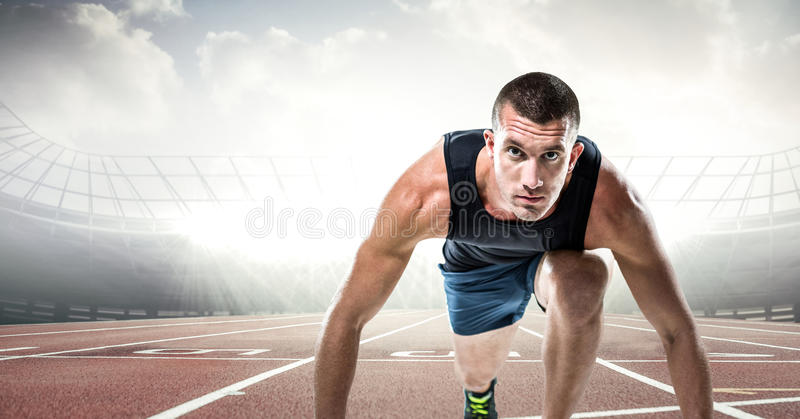 Manlig löpare på spår mot signalljus arkivbild