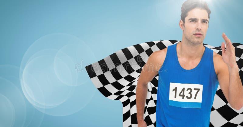 Manlig löpare som sprintar mot blå bakgrund med signalljuset och den rutiga flaggan royaltyfri foto