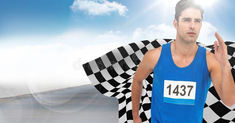 Manlig löpare som sprintar på vägen mot himmel och solen med signalljuset och den rutiga flaggan royaltyfri fotografi