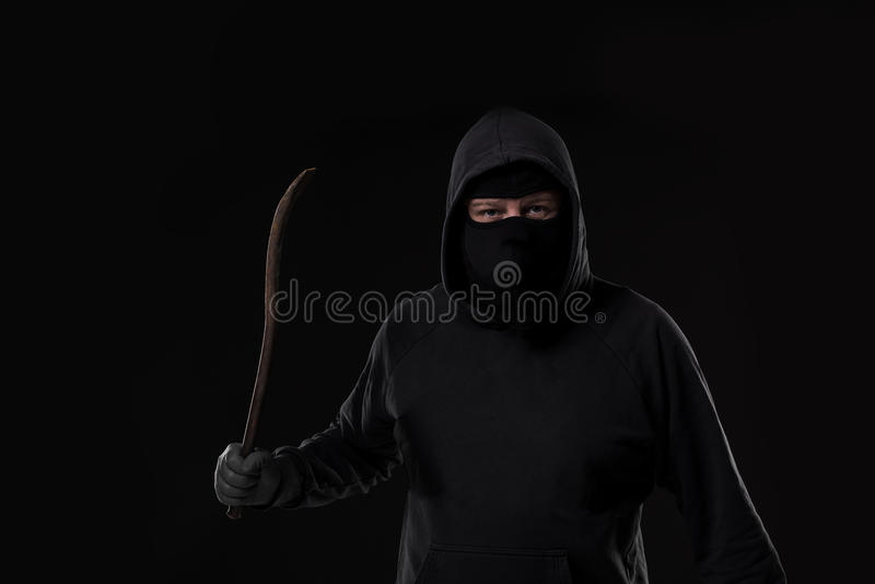 Manlig lagbrytare som maskeras med en rest På svart bakgrund på studion royaltyfri bild