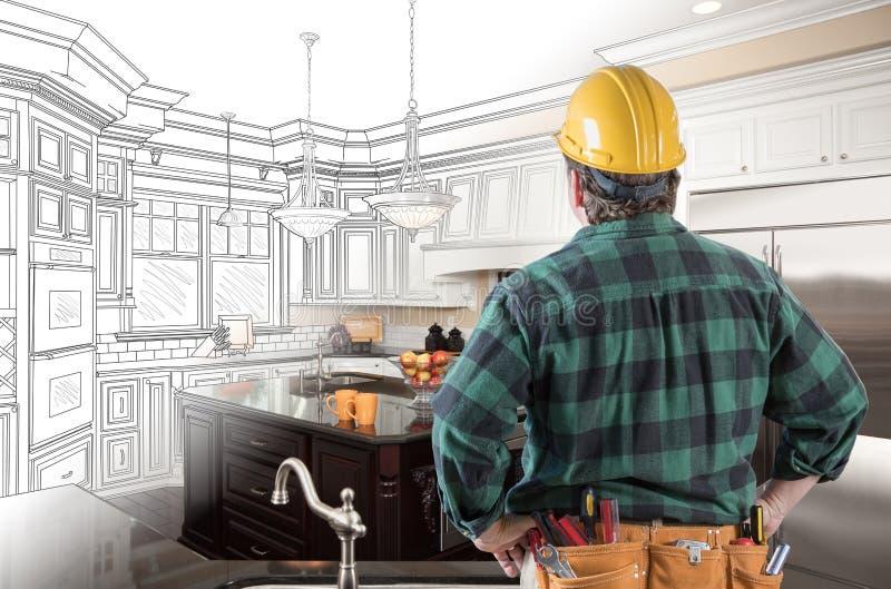 Manlig leverantör i bälteblick för hård hatt och hjälpmedelpå beställnings- kök arkivbilder