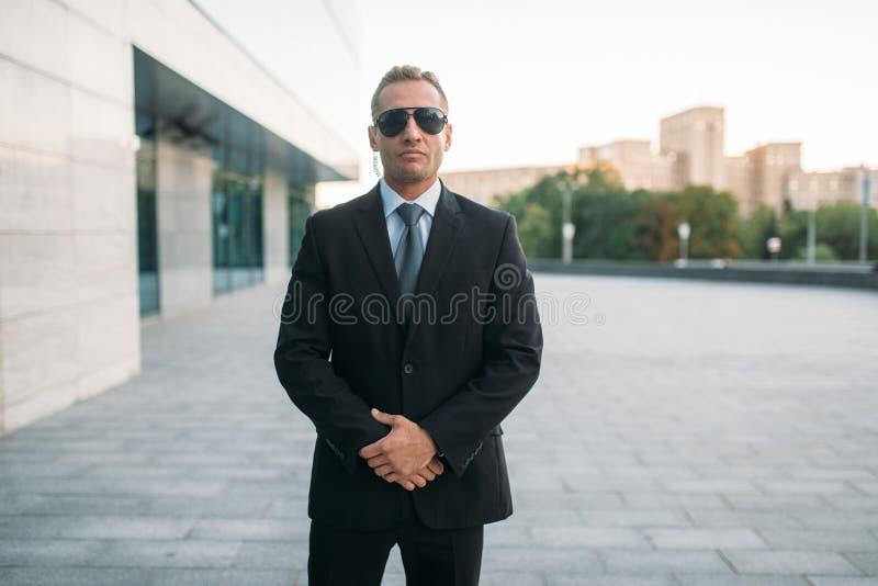 Manlig livvakt i dräkt, skalm och solglasögon royaltyfri bild