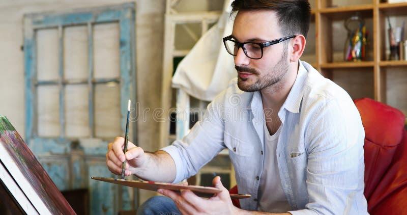 Manlig målning för konstnär för konstskola med olja på kanfas arkivfoto