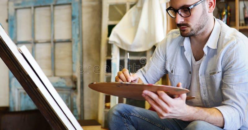 Manlig målning för konstnär för konstskola med olja på kanfas royaltyfri foto