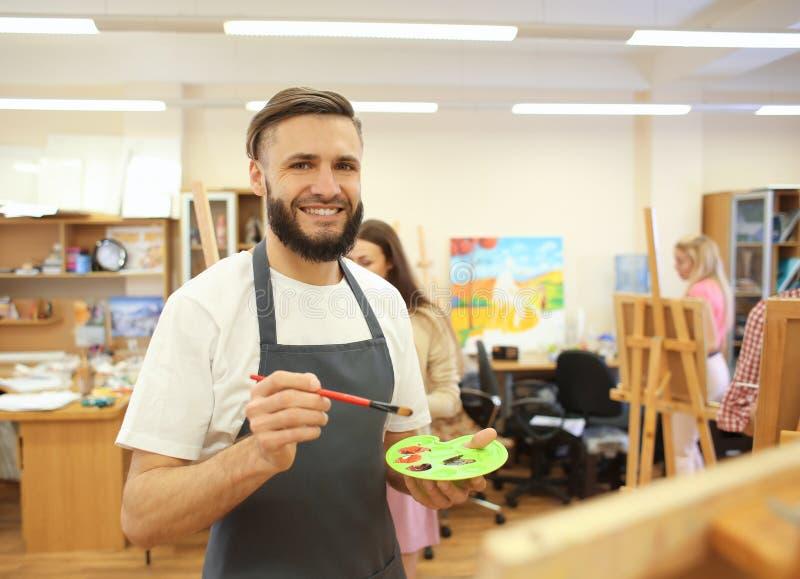 Manlig målning för konststudent i seminarium royaltyfria foton