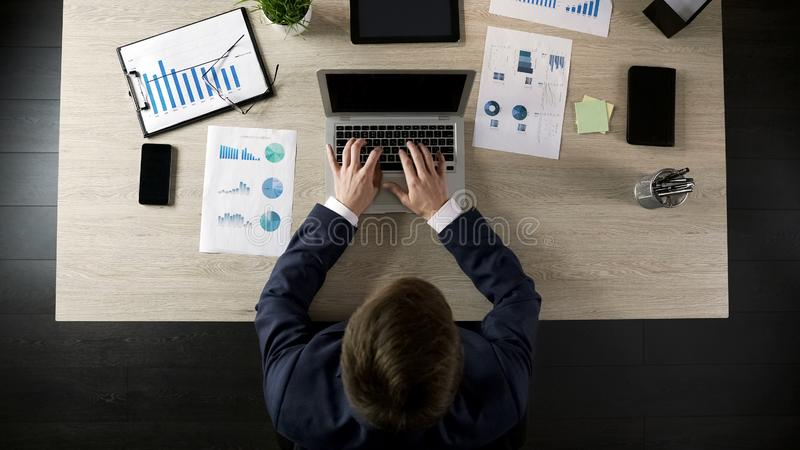 Manlig maskinskrivning för företagsdirektör på bärbara datorn, planläggningsprojekt eller affärsstrategi arkivbild