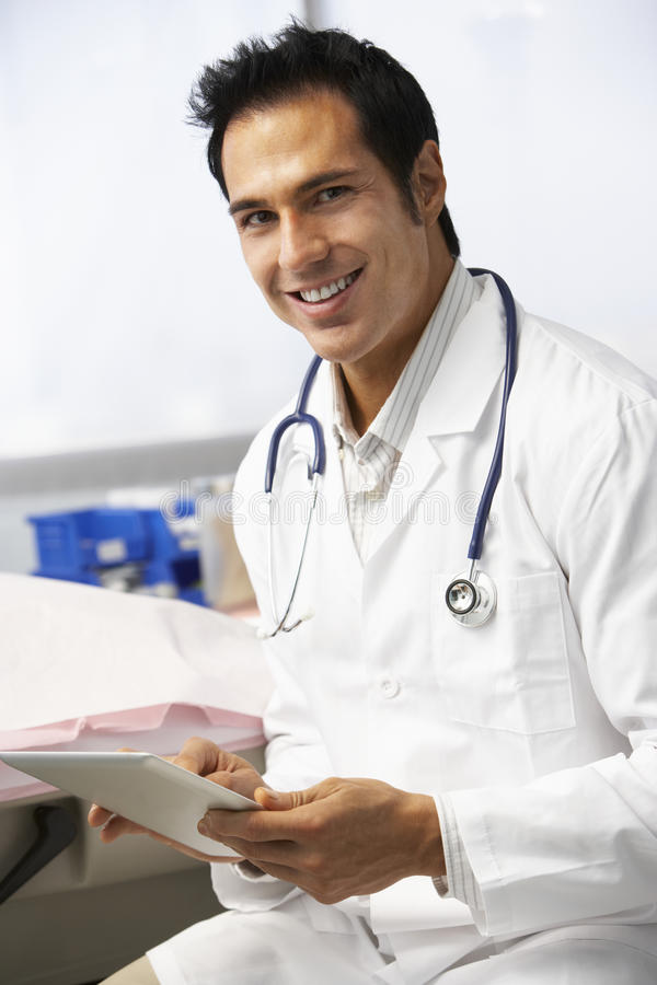 Manlig minnestavla för doktor In Surgery Using Digital arkivfoton