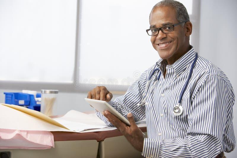 Manlig minnestavla för doktor In Surgery Using Digital royaltyfri bild