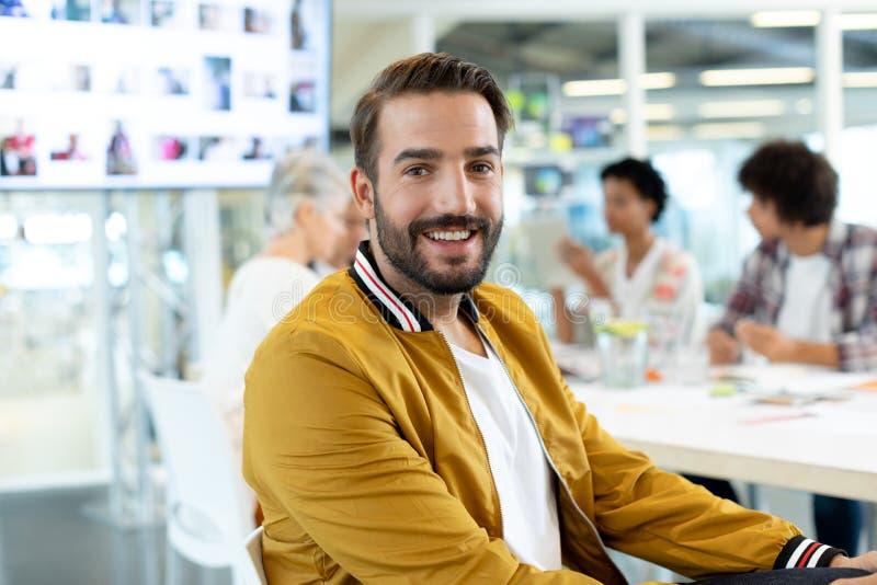 Manlig modeformgivare som sitter i konferensrummet på kontoret royaltyfri foto